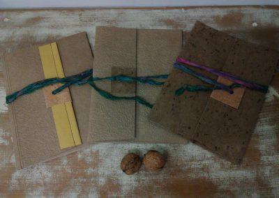 冬の封筒と胡桃染めの麻糸、和紙